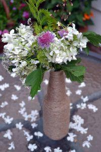 Làm lọ hoa với chai lọ thủy tinh như thế nào?